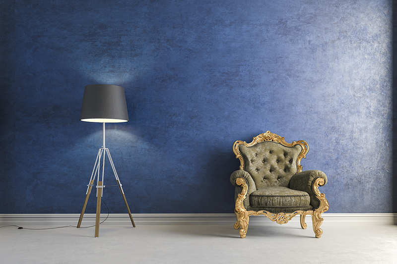 Neu gepolsteter Sessel vor blauen Wand