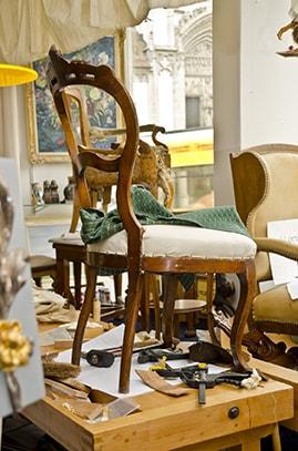 Stuhl bekommt neues Polster und neuen Stoff