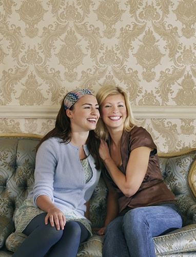Zwei Frauen sitzen auf dem neu bezogenen Sofa